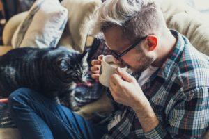 uomo-con-gatto_pexels-photo-241734